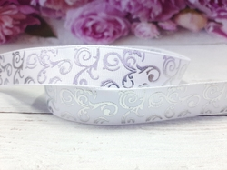 Репсовая лента с серебряным орнаментом цв. белый 25 мм.