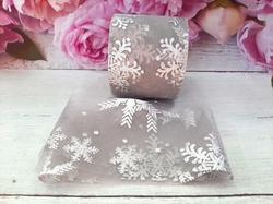 Фатиновая лента с серебряными снежинками цв. серый 60мм.