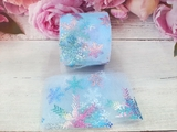 Фатиновая лента с разноцветными снежинками цв. сине-голубой 60мм.