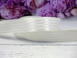 Атласная лента в полоску цв. молочный 25 мм.